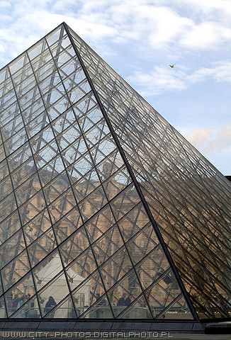 Image of Pyramide in Louvre