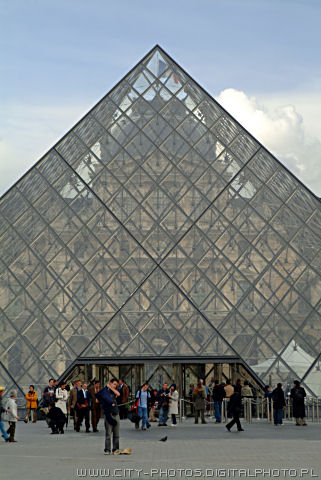 Pyramide Louvre photo