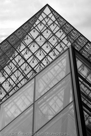 Pyramides in Louvre pictures